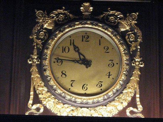 Rosewood Hotel Georgia : Heritage Clock in Lobby