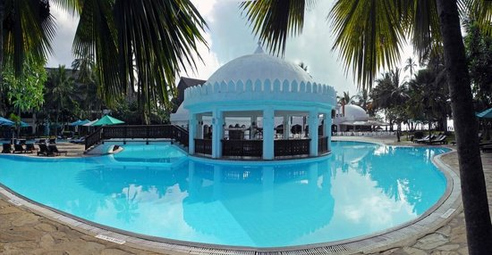 Southern Palms Beach Resort: Swimming Pool and Bar Panorama
