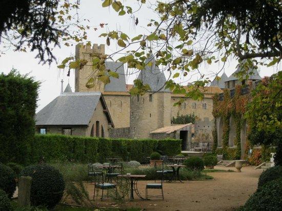 Hotel de la Cite Carcassonne - MGallery Collection : Vue des remparts depuis le jardin extérieur