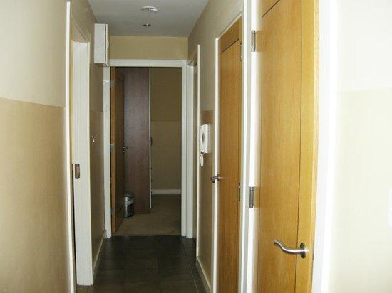 Staycity Aparthotels Saint Augustine St: hallway from entry door