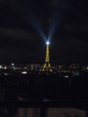 Comfort Hotel Place du Tertre: vista sulla torre dalla finestra