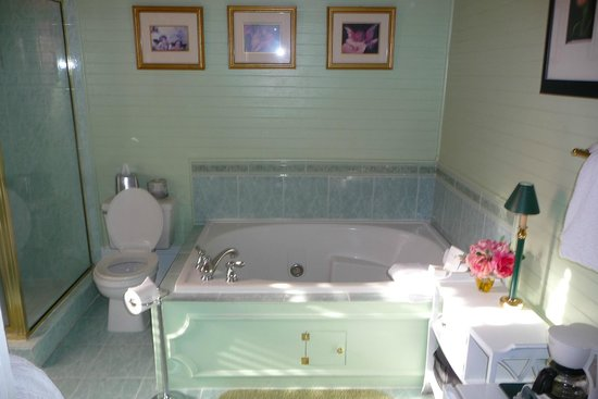 Coombs House Inn: Jacuzzi Tub