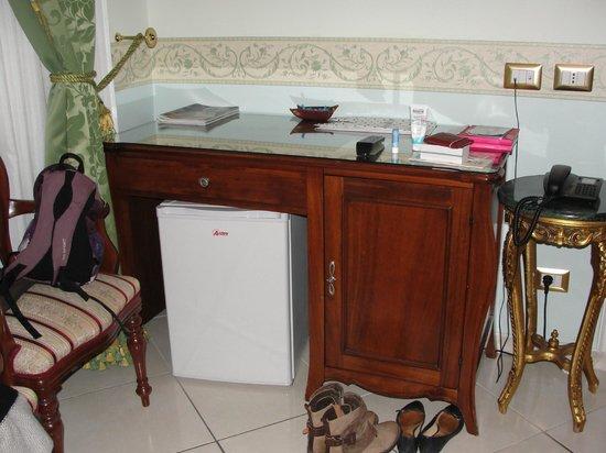 Hotel Art Resort Galleria Umberto : le bureau/frigo/mini-bar
