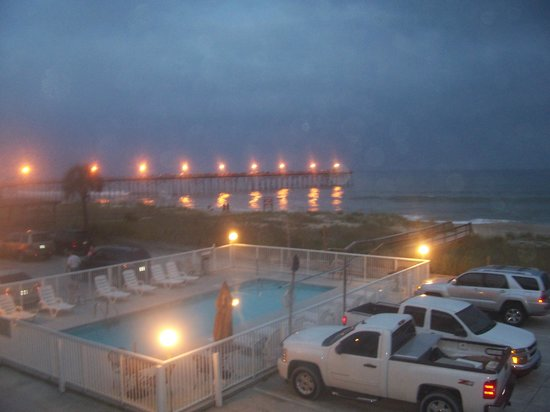 Sand Dunes Motel: view of the dock at night