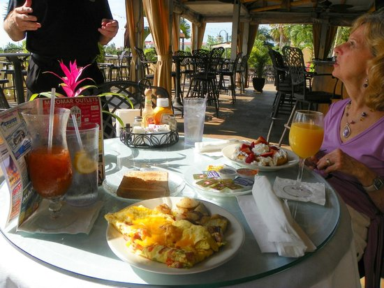 Bayfront Inn 5th Ave: breakfast on the Patio