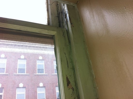 Midtown Inn: Broken windows