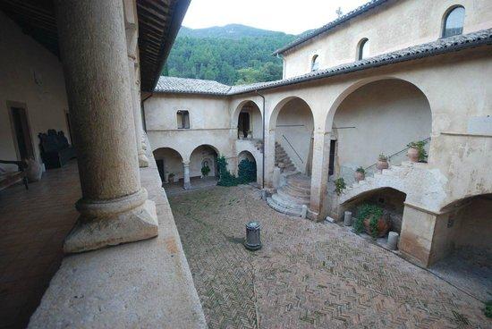 Abbazia San Pietro in Valle: Courtyard