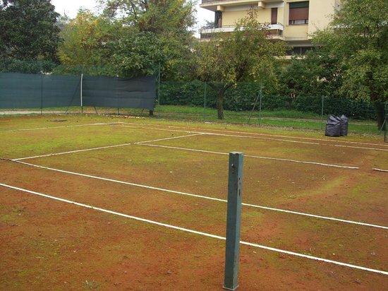 Hotel Sollievo Terme: campo terra rossa/verde?
