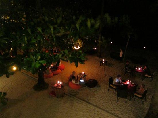 Ocean Vida Beach & Dive Resort: Blick auf den Strand - chillen am Abend