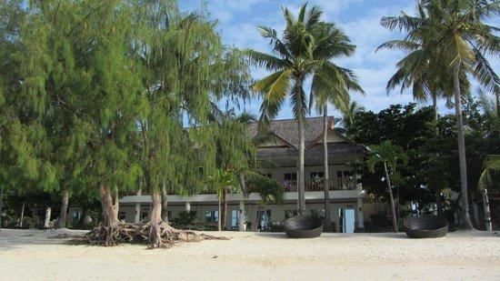 Ocean Vida Beach & Dive Resort: Blick vom Strand auf das Hotel