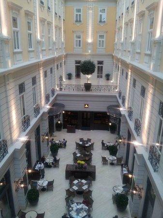 Corinthia Hotel Budapest: Vue en surplomb du 2ème sur le restaurant