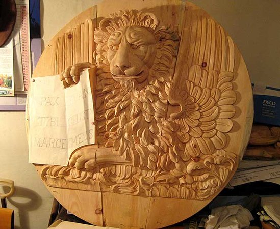 Bruno Barbon Intagliatore Restauratore Antiquariato: Plaque with a lion, hand carved in swiss pine wood. The plaque has been wax polished.