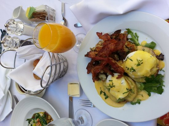 Midtown Bistro: Table setting - with great OJ!