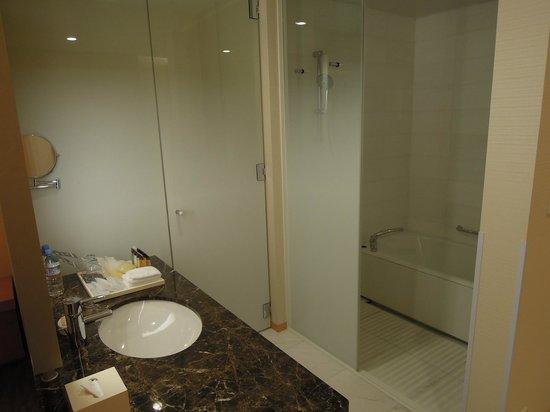 Sheraton Grand Hotel Hiroshima: Basin, loo, bath, and shower