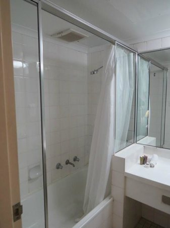 Oaks Hyde Park Plaza : Notice the long shower curtain - it traps everything