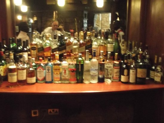 Kampala Serena Hotel: Bar area