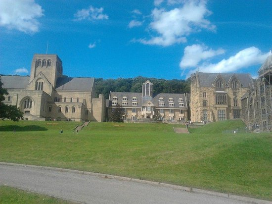 Ampleforth Abbey: La Chiesa dal campo sportivo
