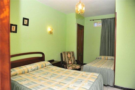Hostal Ariz: Habitación doble con cama supletoria