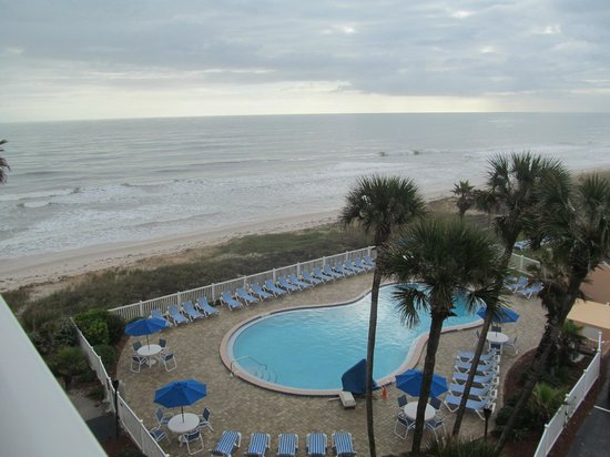 Coral Sands Inn & Seaside Cottages Ormond Beach: view from just outside our room...pool is the hotel's
