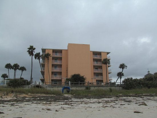 Coral Sands Inn & Seaside Cottages Ormond Beach: view of the hotel from the beach
