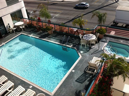Best Western Plus Suites Hotel : Vista piscina dalla camera