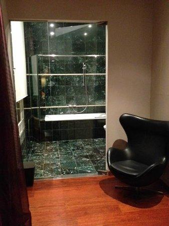 Hotel Banke: salle de bain vue de la chambre (porte vitrée!!)