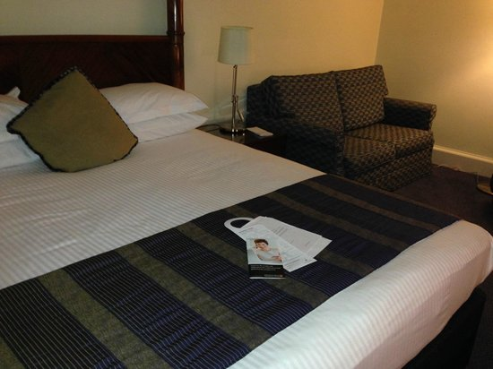 Millennium Gloucester Hotel London Kensington: bed in the  upgraded room
