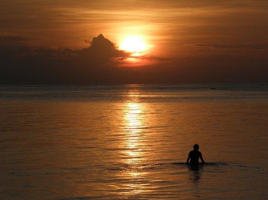 Anantara Dhigu MaldivesResort: Puesta de sol desde la piscina