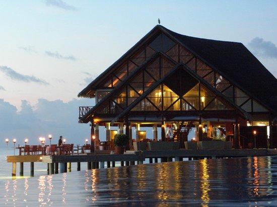 Anantara Dhigu MaldivesResort: Piscina con el Restaurante Fuddan Fusion Grill