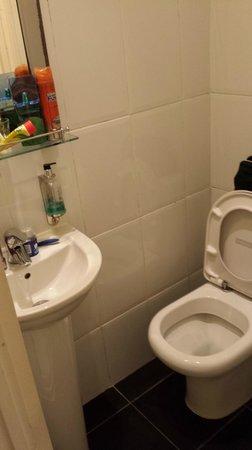 Kensington West Hotel : Bathroom