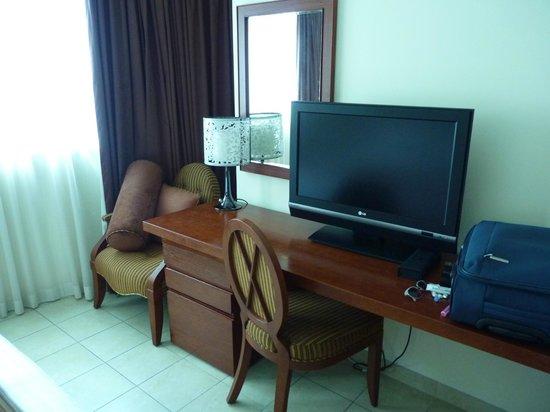 Tamani Hotel Marina : bedroom desk with tv