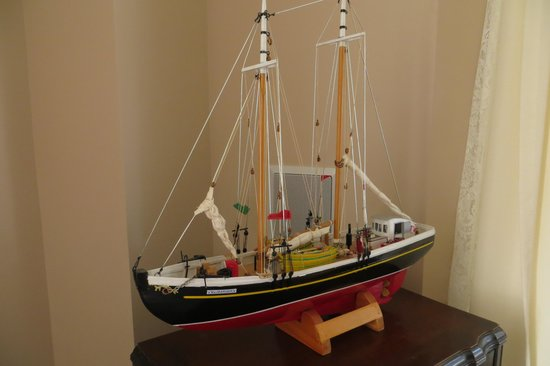 Louisbourg Harbour Inn: Model boat-b indide Inn