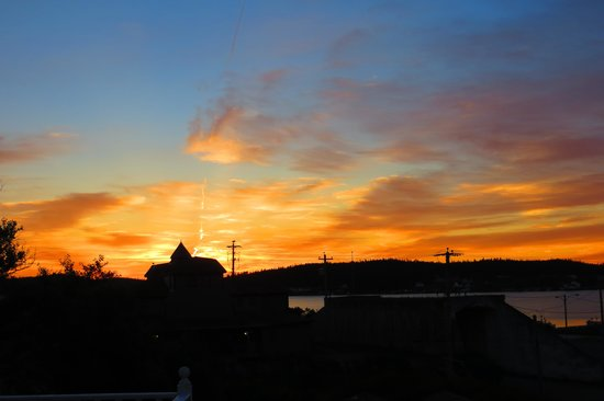 Louisbourg Harbour Inn: Sunrise from harbor