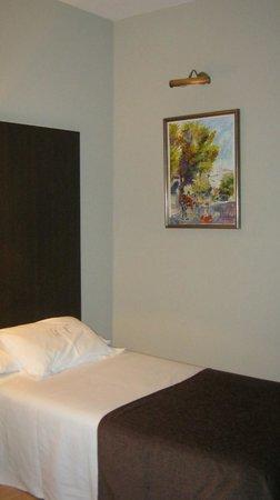 Hotel Mendez Nunez: Twin bedroom