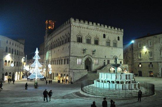 Palazzo dei priori e fontana maggiore foto di piazza iv for Arredare milano piazza iv novembre