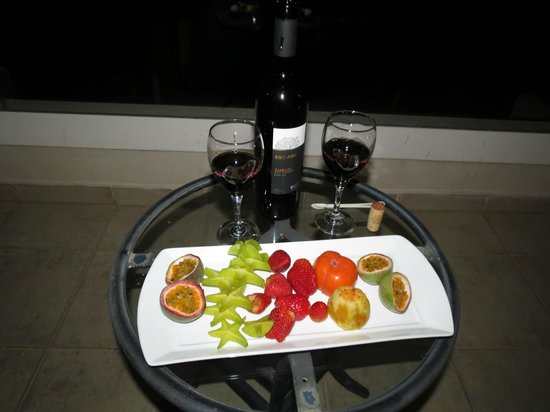U Suites Eilat : Wine and fruit platter