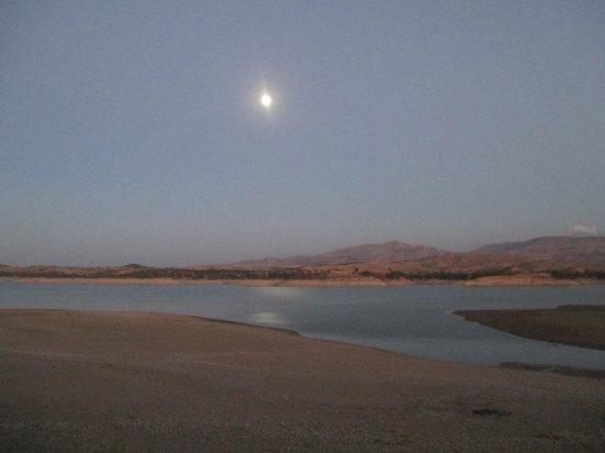 Le Flouka Auberge et Restaurant du Lac : moonlight shining on the lake