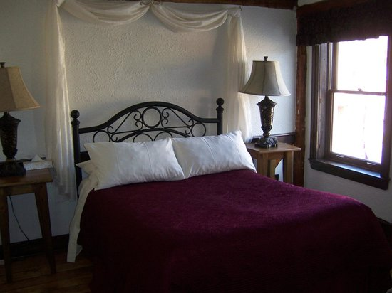 Olde Angel Inn Hotel and Restaurant: The Captain's Room - Comfortable Bed
