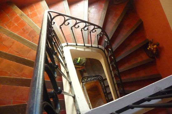 La Maison sur la Sorgue : Beautiful winding stone-stepped stairwell in center of hotel.