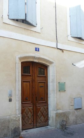 La Maison sur la Sorgue : Beautiful and unassuming 17th century entry door