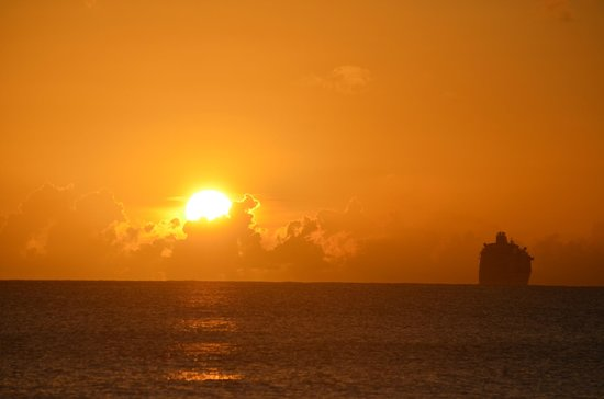 Mr. X's Shiggidy Shack Beach Bar : View of the cruise ships pulling out from Basseterre at sunset
