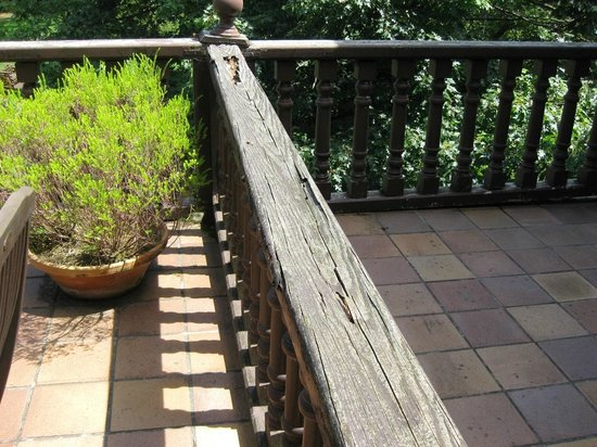 El Jardin de Carrejo Hotel: Madera totalmente podrida