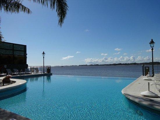 Radisson Colonia del Sacramento Hotel: Sentada a beira da piscina...