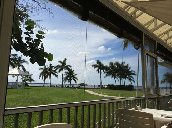Tarpon Lodge Restaurant: first picture is NOT Tarpon Lodge, but this one is. LOVELY PLACE