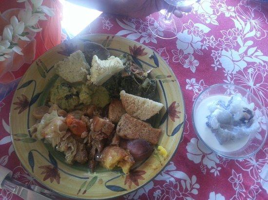 Chez Tara : Une bonne assiette de maa Tahiti sans oublier le bol de fafaru qu'il fau4
