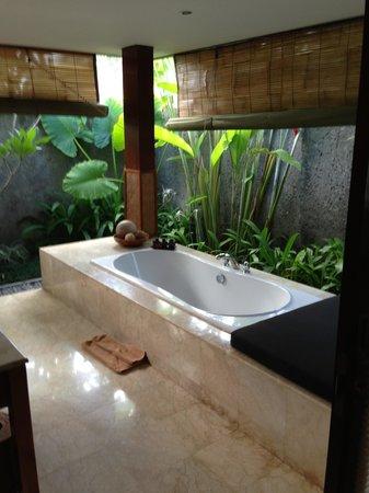 The One Boutique Villa: Outside bathroom/spa bath