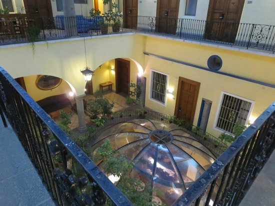 Hotel Colonial de Puebla: Looking down from the 3rd floor into the courtyard restaurant
