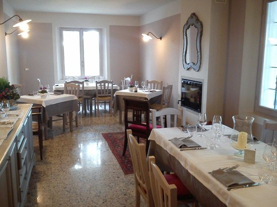 Monticelli d'Ongina, Ιταλία: Saletta con camino