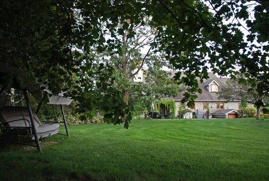 Dans les bras de Morphee B&B: Back of house from grounds