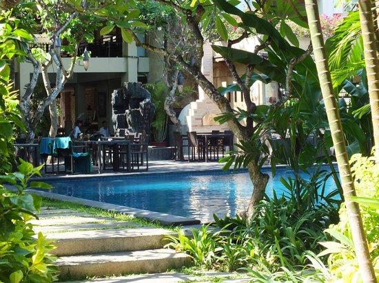 Caramel Restaurant at Kamuela Villas Sanur: Pool side day time